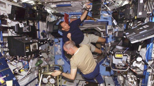 Кто на Земле помогает астронавтам на Международной космической станции?
