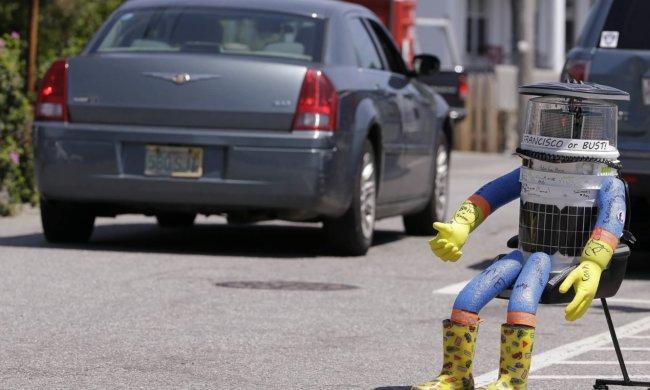 Вандалы уничтожили робота-автостопщика