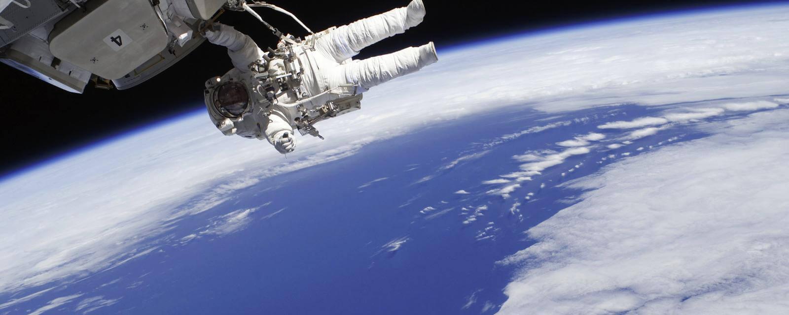 Чего только люди не отправляют в космос