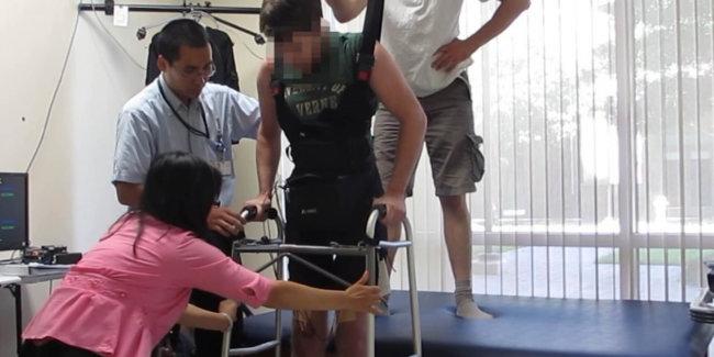 Человек, страдающий параличом обеих нижних конечностей, благодаря электрическим сигналам, подаваемым его собственным мозгом, вернул себе возможность снова ходить.