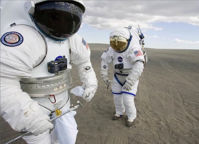 1448306151-492421main-spacesuits-testing-lg (1)
