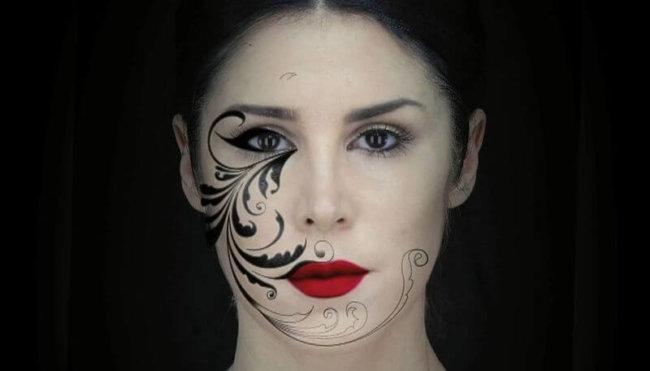 Лицо девушки превращается в ожившую картину с помощью 3D-проекции
