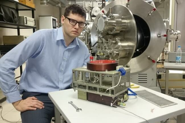 KBHA employee Pavel Dronov with installation at the test bench