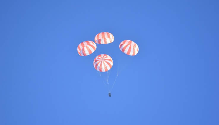 Space X тестирует посадочные парашюты для доставки астронавтов на Землю