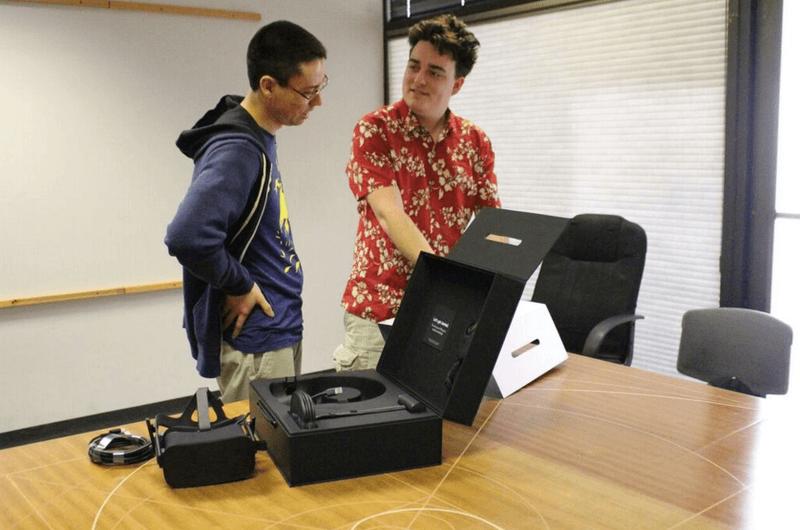 Палмер Лаки лично доставил гарнитуру Oculus Rift первому покупателю