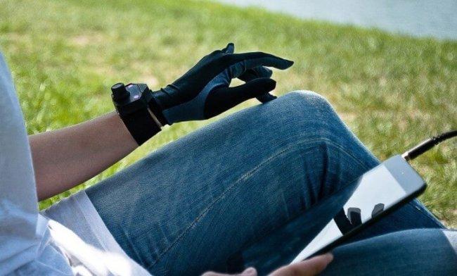 Благодаря музыкальным перчаткам любая поверхность превращается в синтезатор