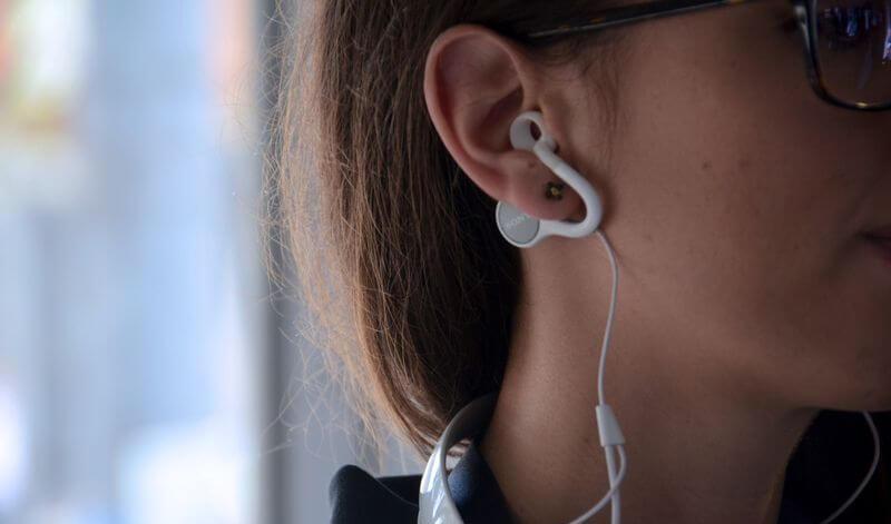 Sony продемонстрировала наушники, которые не нужно вставлять в уши