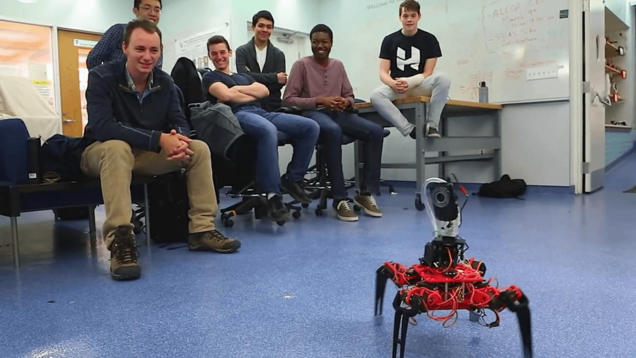 Гарвард поздравляет робота-пулеметчика
