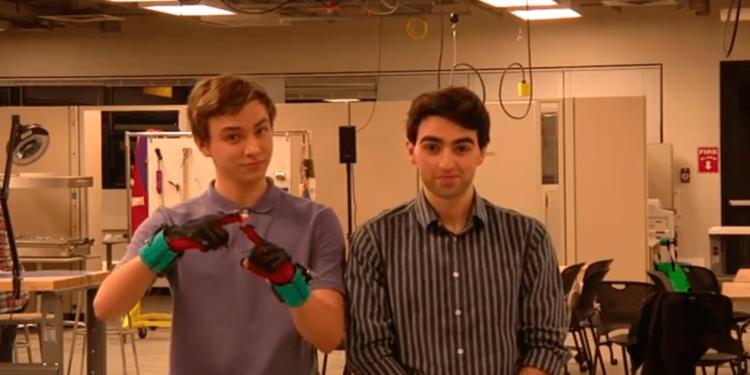 Созданы перчатки, превращающие язык жестов в голос