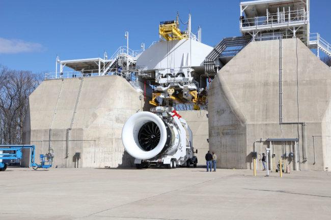 GE испытывает самый крупный турбореактивный двигатель в мире