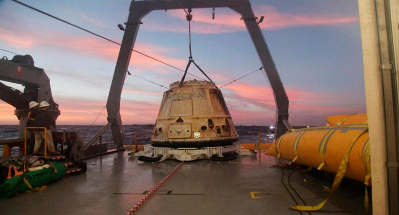 Космический корабль Dragon приводнился в океане