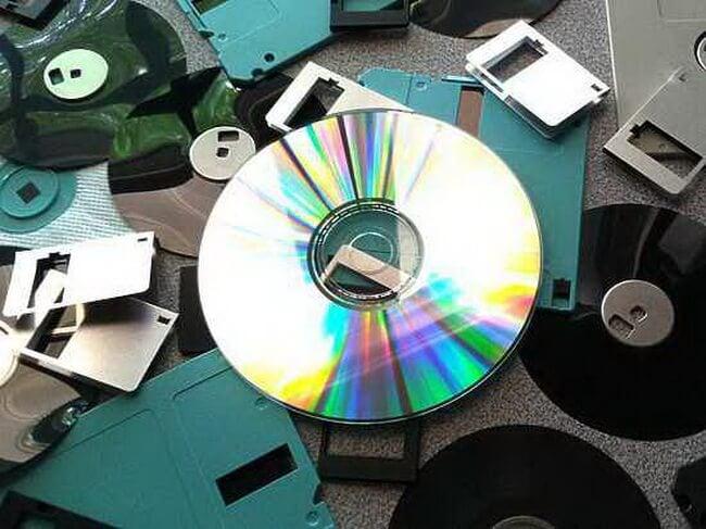 Специалисты Российского химико-технологического университета имени Д. И. Менделеева, работающие по заказу Фонда перспективных исследований, сообщают об открытии способа практически вечного хранения информации. Российские ученые предлагают использовать кварцевые диски вместе обычных CD-носителей.