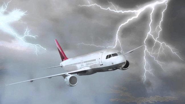 Молнии ударили сразу в два самолета в небе над Лондоном