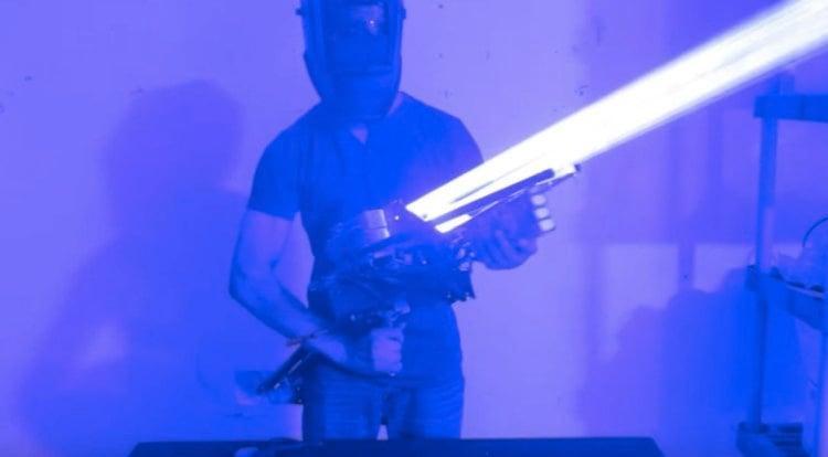 Энтузиаст собрал лазерную пушку мощностью 200 ватт