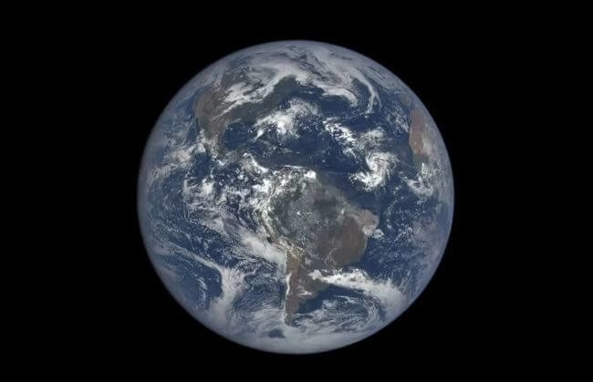 Планета Земля, снятая с расстояния 1,5 миллиона километров