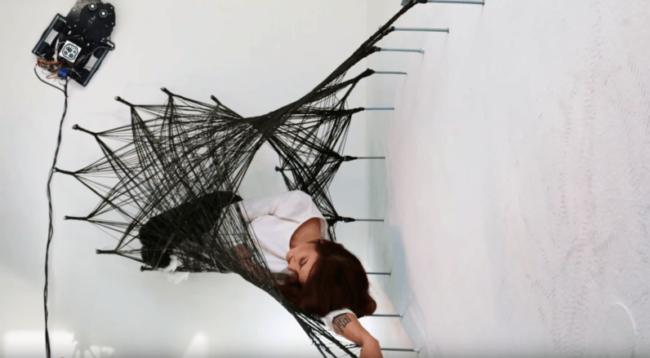 Роботы-пауки плетут удивительные настенные сети