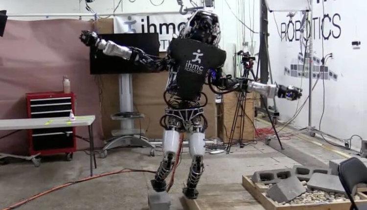 Робот Atlas научился балансировать на одной ноге