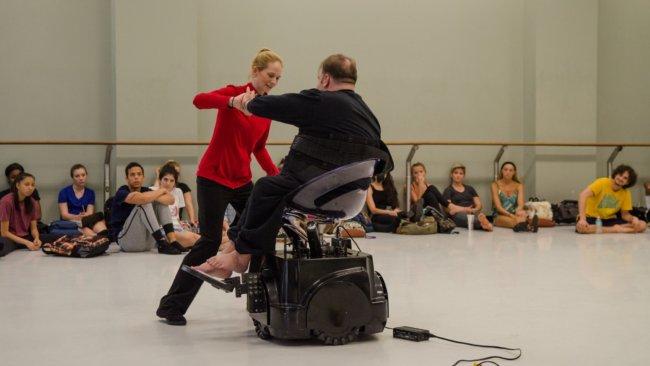 Хореограф из США разработала танцевальное кресло для инвалидов (2 фото + видео)