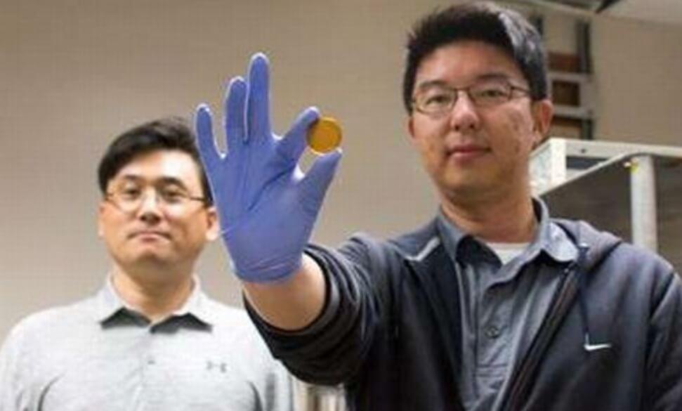 Создан суперконденсатор, заряжающийся от тепла человеческого тела