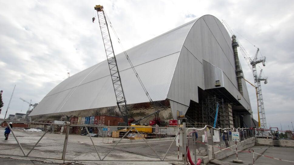 Установка арки над 4-м энергоблоком ЧАЭС