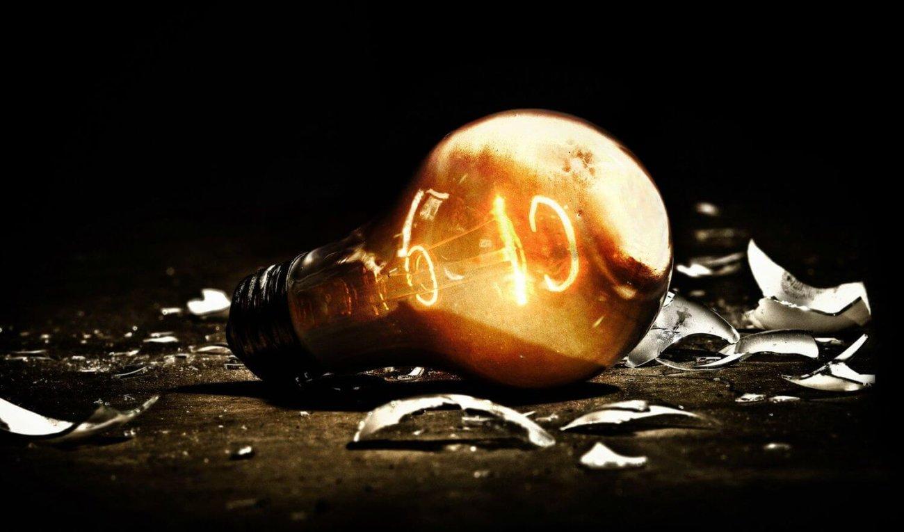 #видео   В новом рекламном видео компания Apple взрывает тысячи лампочек