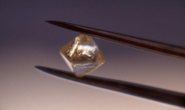 Алмазные батарейки позволят превратить радиоактивные отходы в чистую энергию
