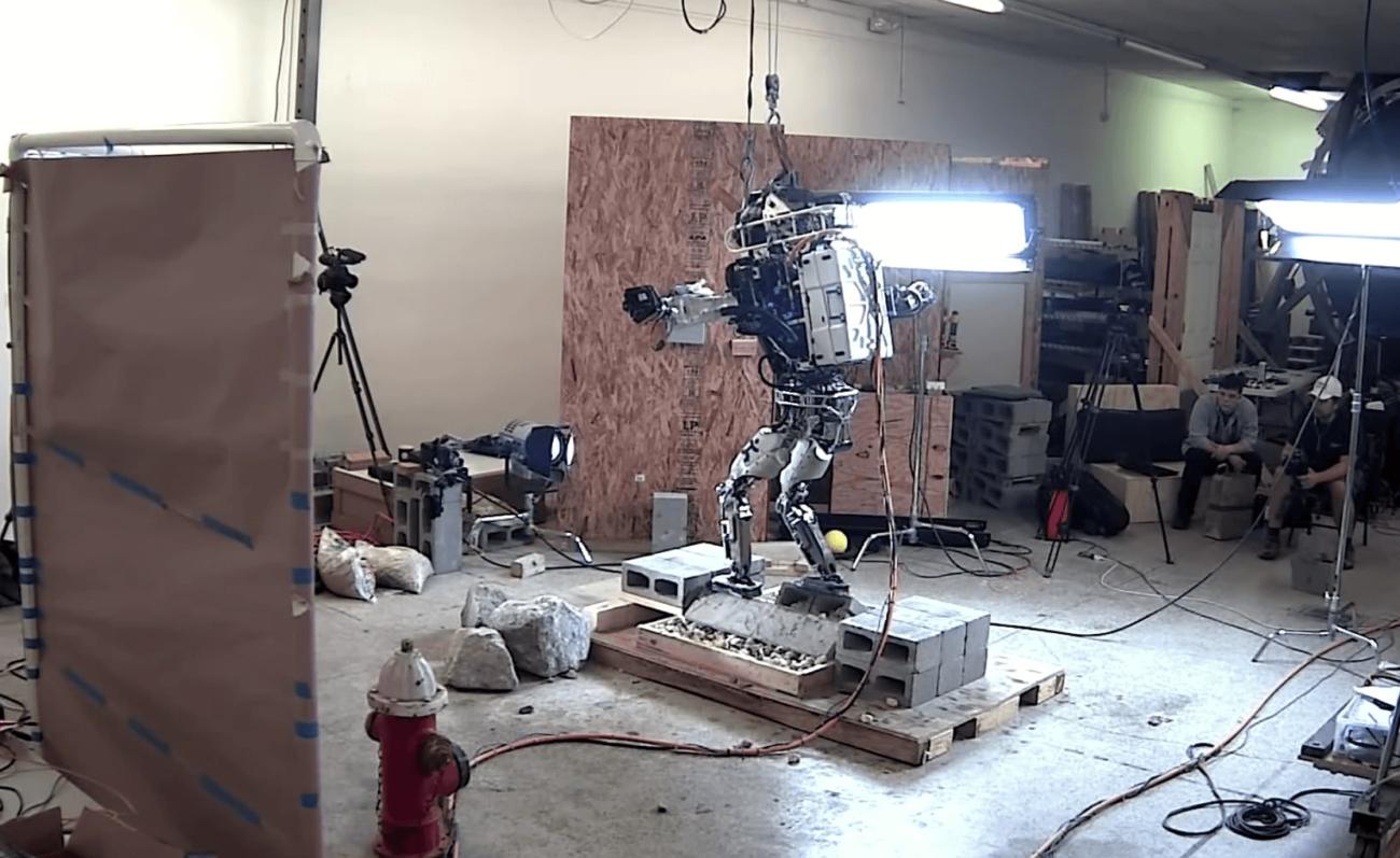 Робот ATLAS ОТ BOSTON DYNAMICS  освоил ходьбу по неровным поверхностям