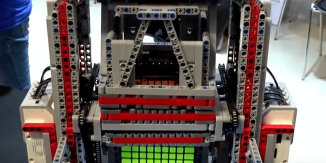 Робот из Lego собрал большой кубик Рубика за полчаса