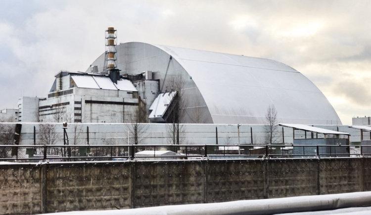 Новый чернобыльский саркофаг занял своё место над реактором