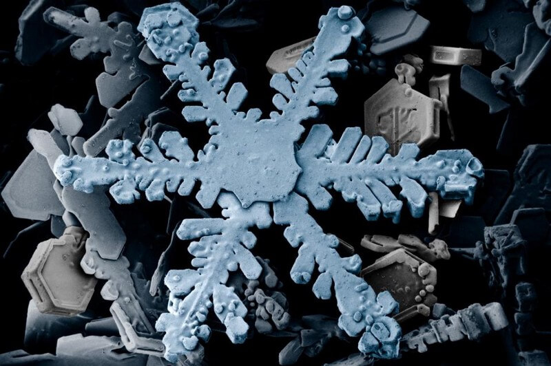 Могут ли две снежинки быть идеально одинаковыми? (9 фото)