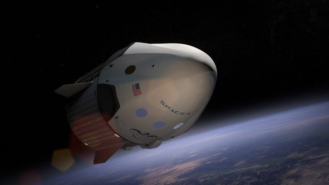 Двое туристов облетят Луну напилотируемом корабле Dragon в будущем году