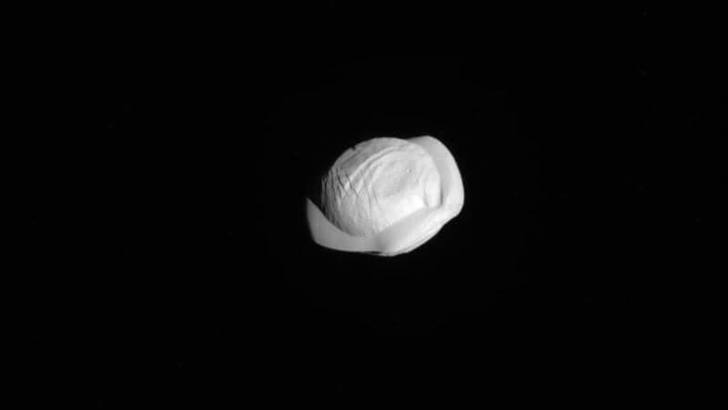 Новые снимки спутника Сатурна подтвердили, что он похож на пельмень (3 фото)