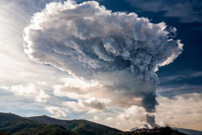 Новые доказательства: появление динозавров обеспечили вулканы (2 фото)