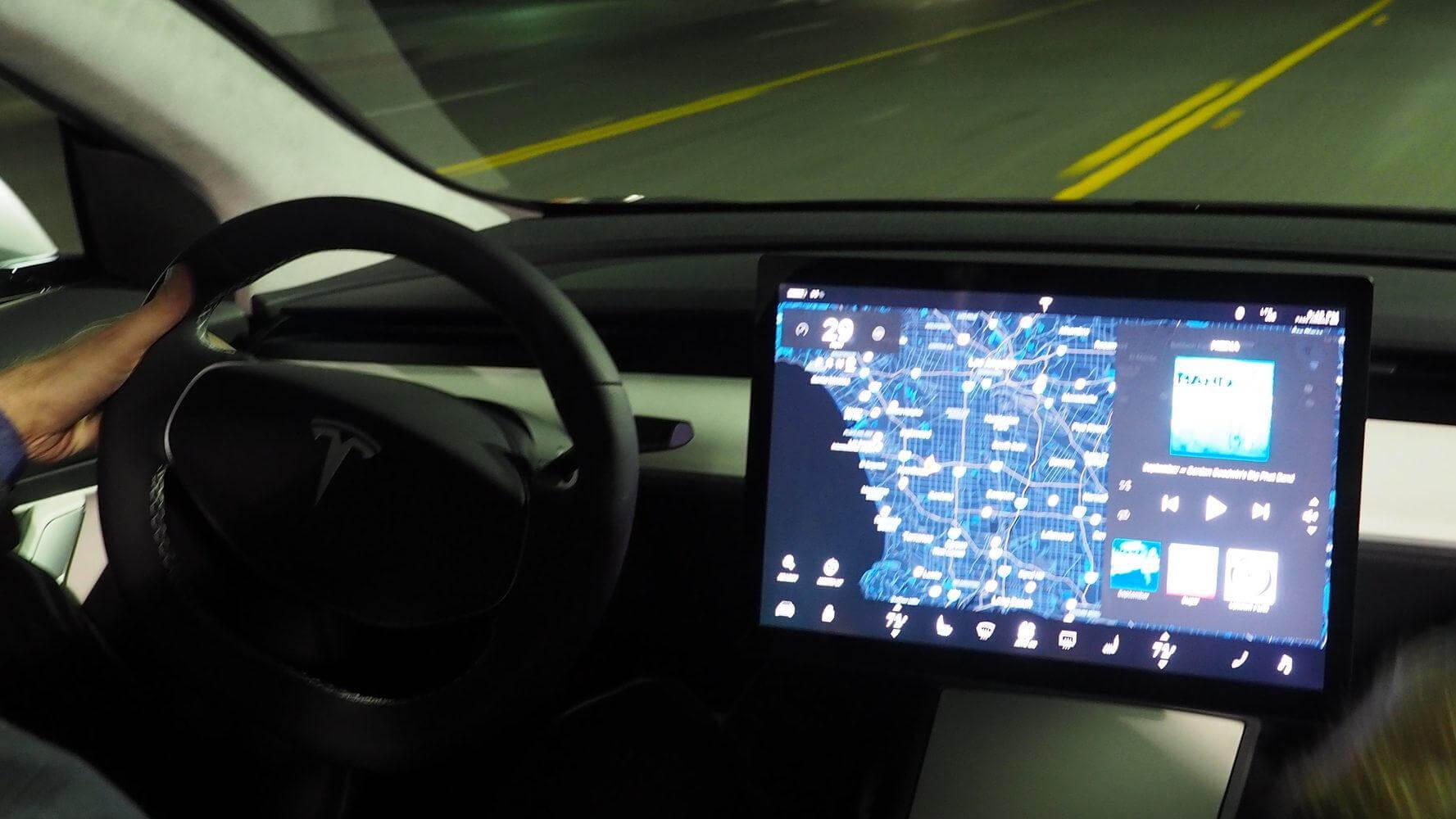 Различия дисплеев Tesla Model 3 и Model S/X