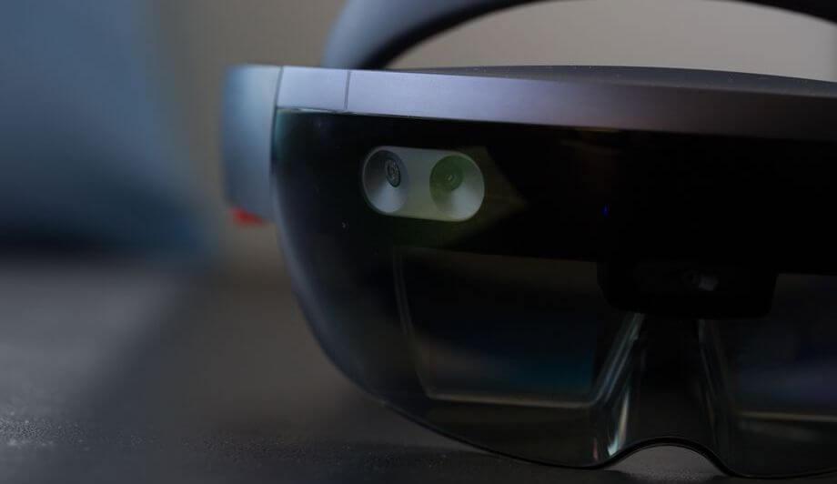 Microsoft выпустит очки дополненной реальности сискусственным интеллектом
