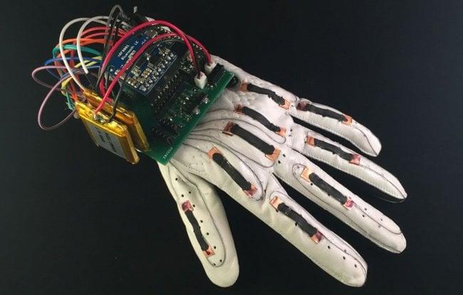 Создана недорогая перчатка, преобразующая язык жестов в текст (+видео)
