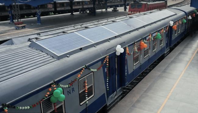 В Индии запустили поезд, почти полностью работающий на солнечных батареях (+видео)