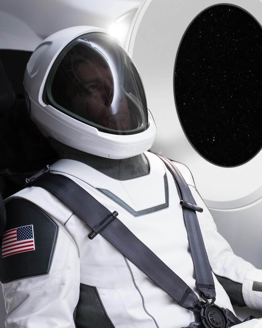 Илон Маск впервые продемонстрировал скафандр SpaceX