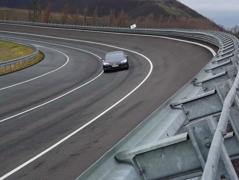 Reuters узнало опланах Tesla начать тестирование беспилотных фургонов