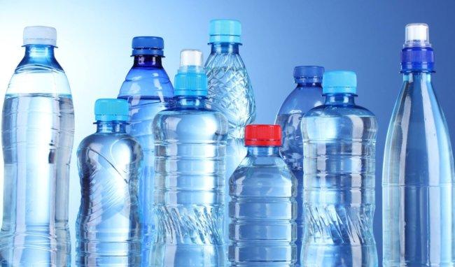Исследование: Употребляя воду, люди 'пьют бутылки'