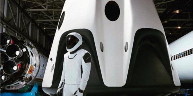 Илон Маск показал скафандр SpaceX в полный рост