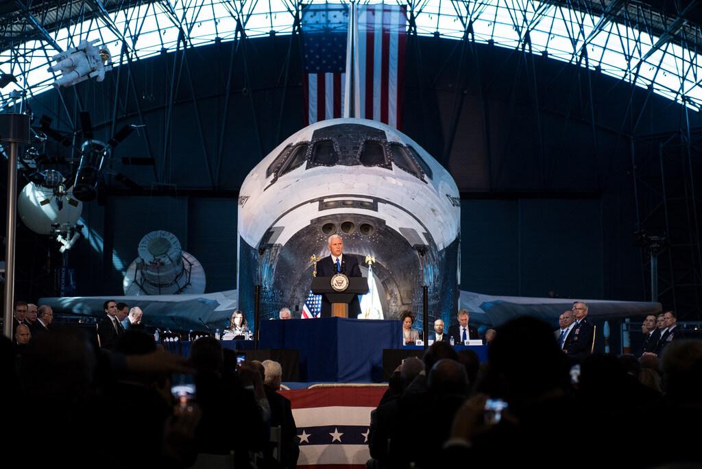 Официально: США возвращаются на Луну (2 фото)