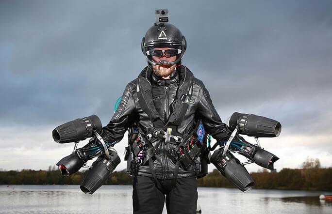 Изобретатель летательного костюма испытал его и поставил мировой рекорд скорости
