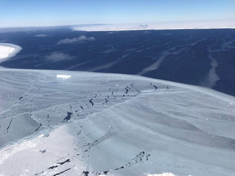 #фото дня | NASA опубликовало фотографии гигантского айсберга, отделившегося от Антарктиды