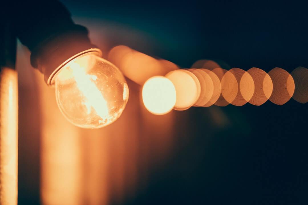 Физики впервые ускорили лучи света в искривленном пространстве в лаборатории