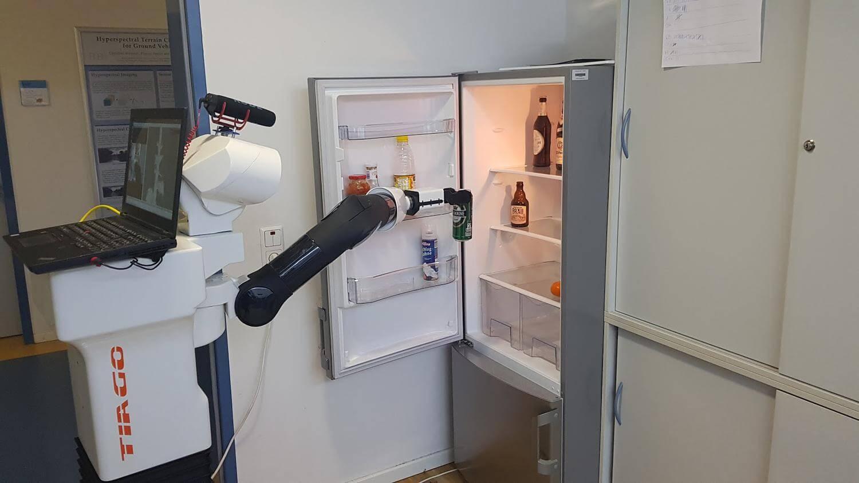 #видео   Немецкие инженеры научили робота подавать пиво