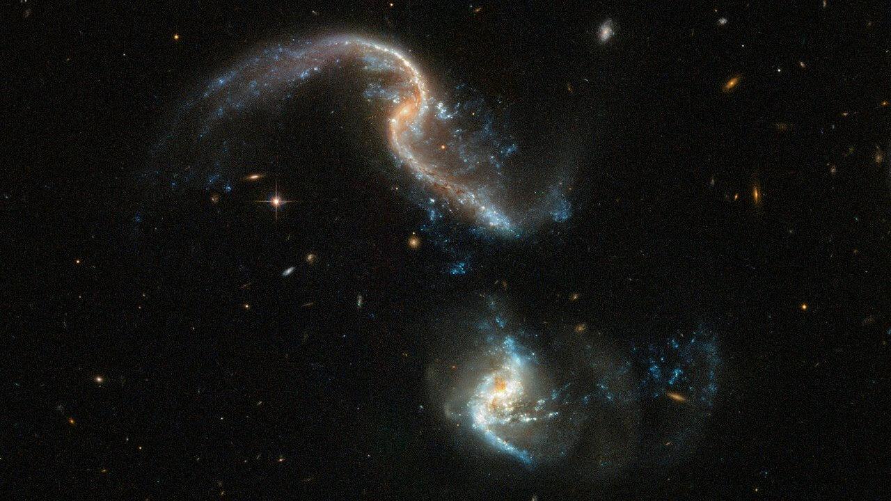 #фото дня | Телескоп «Хаббл» запечатлел две сливающиеся галактики