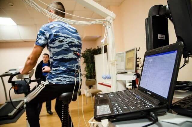 Ученые челябинского университета создали футболку, бесконтактно измеряющую ЭКГ