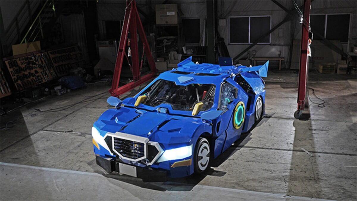 Японский трансформер превращается из робота в автомобиль за минуту