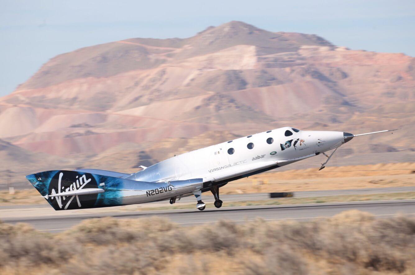 Новый космоплан Virgin Galactic провел первый пилотируемый полет на ракетной тяге